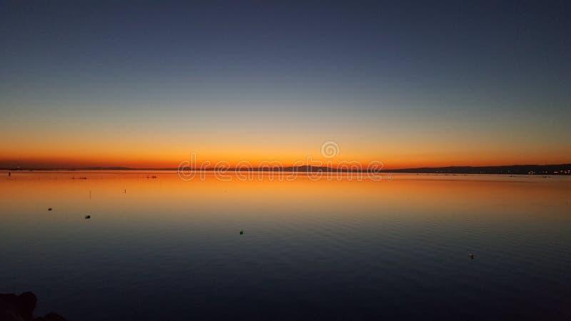 Зеркало réflection взгляда захода солнца на море стоковое фото rf