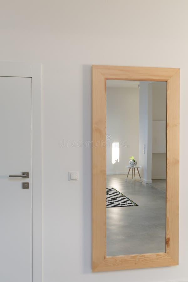 Зеркало в комнате стоковое изображение rf