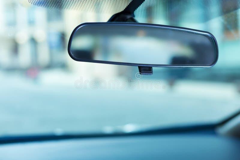 Зеркало заднего вида отрегулированное к лобовому стеклу стоковое фото rf