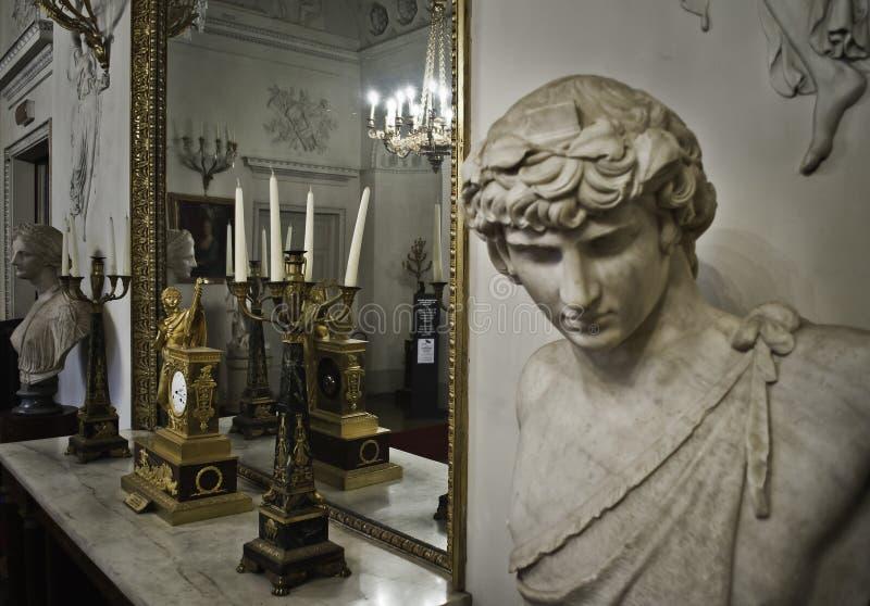 Зеркало и скульптура Palazzo Pitti стоковые фотографии rf