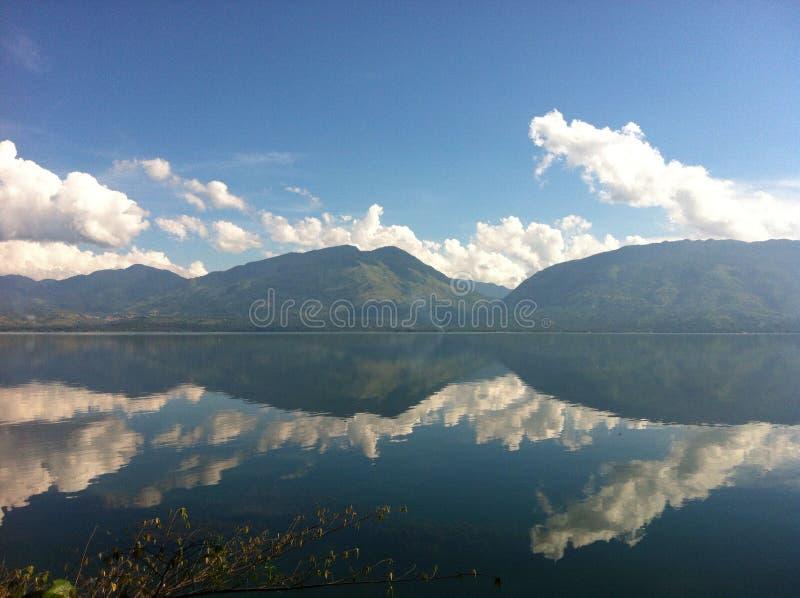 Зеркало озера Singkarak стоковые фотографии rf