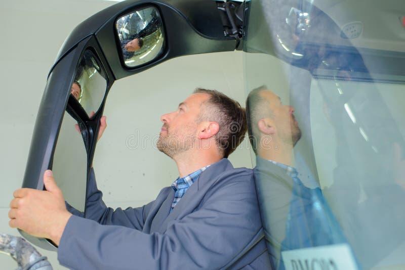 Зеркало шины отладки человека стоковое изображение rf