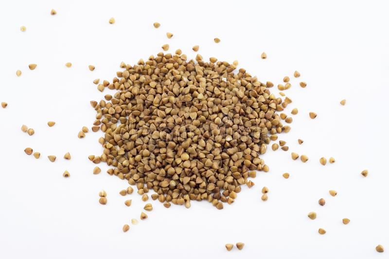 Зерна гречихи на белой предпосылке стоковое фото