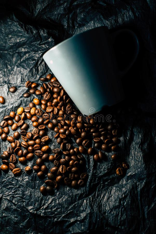 Зерна кофе на черной предпосылке стоковые фотографии rf