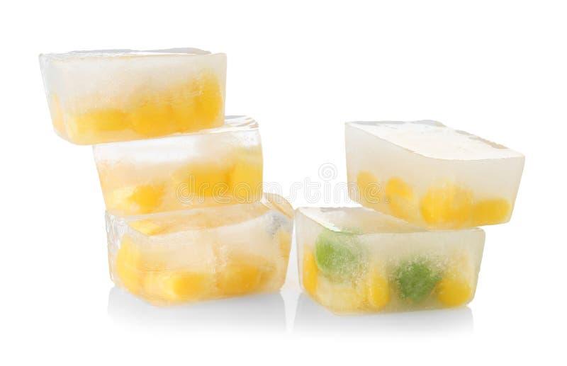 Зерна мозоли и зеленые горохи в кубах льда стоковые фотографии rf