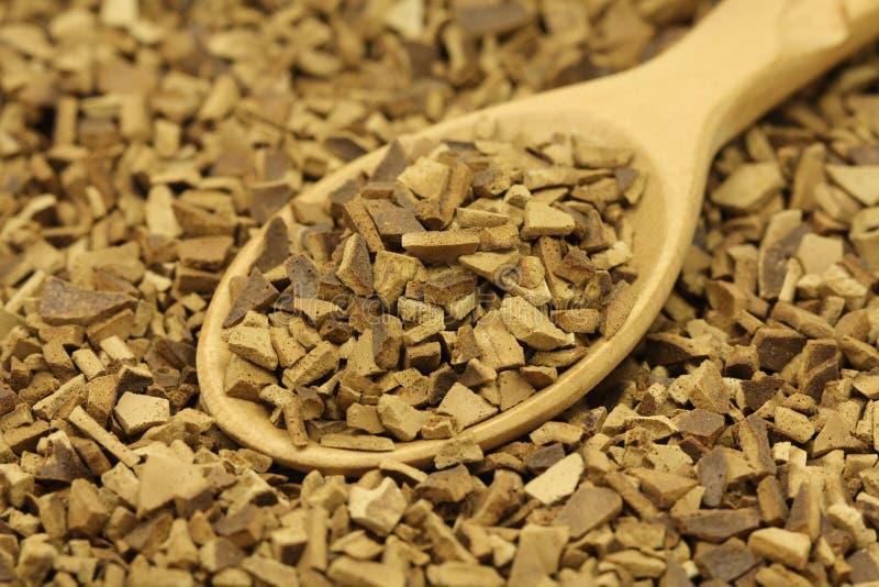 Зерна растворимого кофе в деревянной ложке стоковая фотография