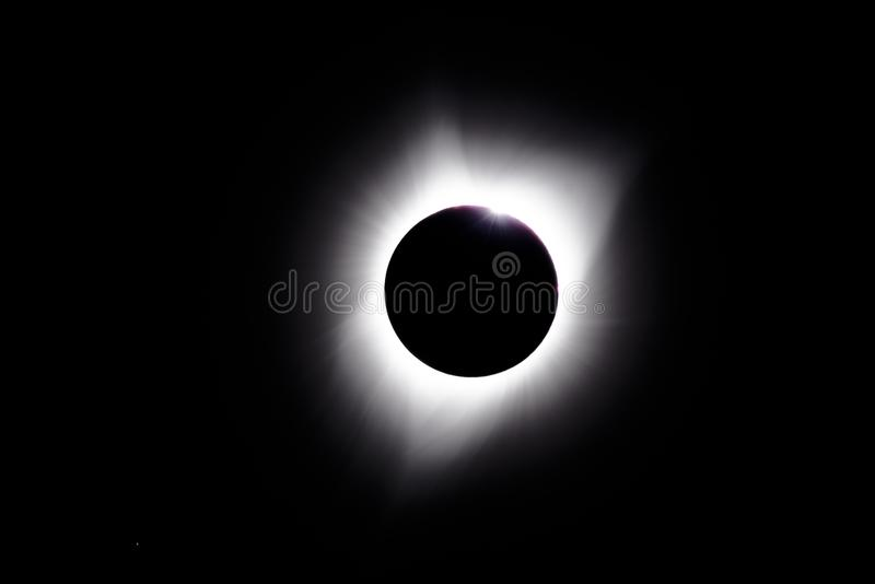 Зерно Baily во время полных солнечных eclips стоковые фотографии rf
