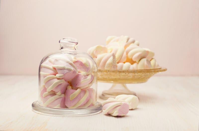 Зефир в красивом стеклянном блюде стоковое фото rf