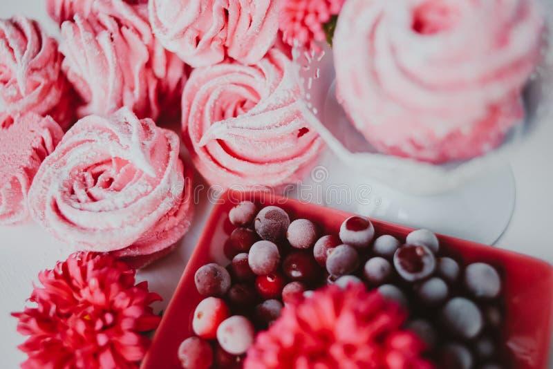 Зефир от клюквы, розовой Розовые цветки Домодельный zephyr стоковая фотография
