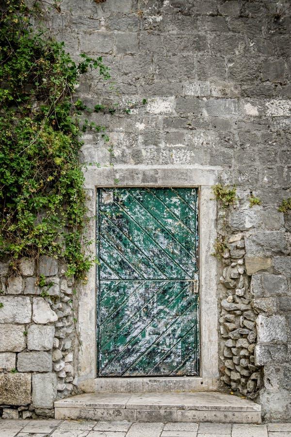 Download Зеленая дверь в хорватском старом городке Стоковое Изображение - изображение насчитывающей европейско, adrenalin: 81810111