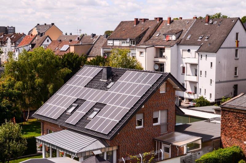 Зеленая возобновляющая энергия с фотовольтайческими панелями стоковая фотография rf