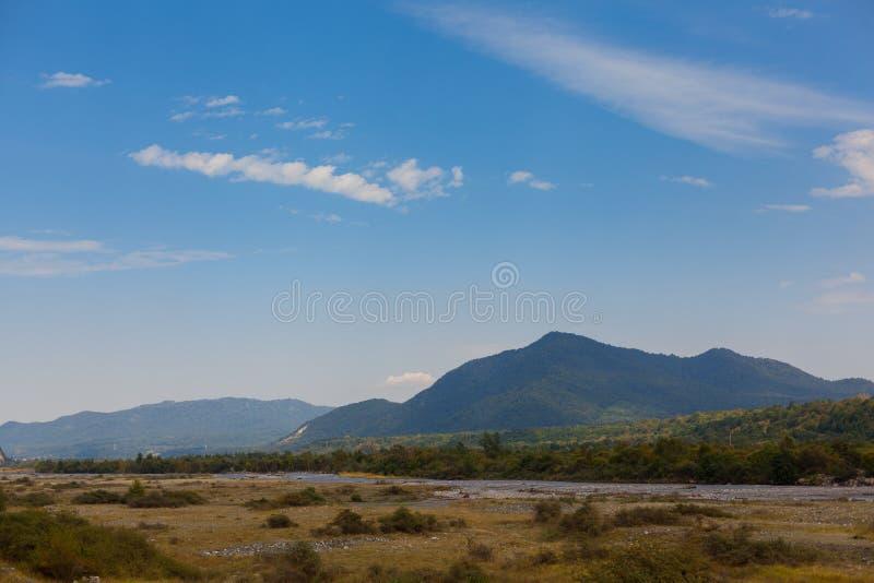 Зеленая гора покрытая с лесом на предпосылке голубого неба панорама стоковая фотография rf