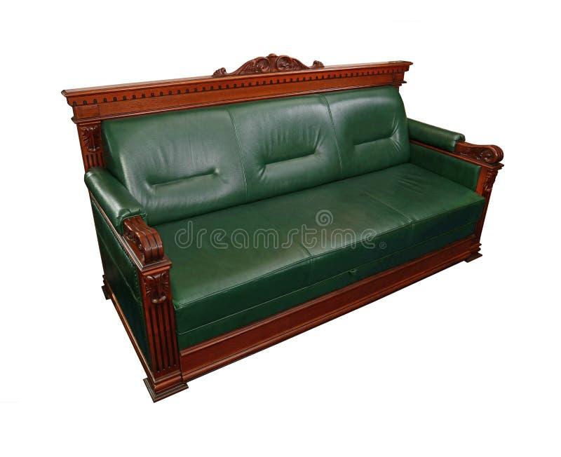 Зеленая кожаная софа тренера изолированная на белизне стоковое фото