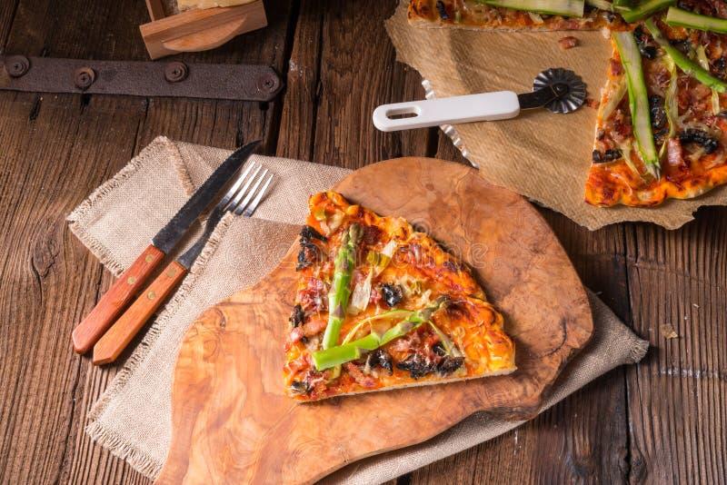 Зеленая пицца спаржи стоковое фото