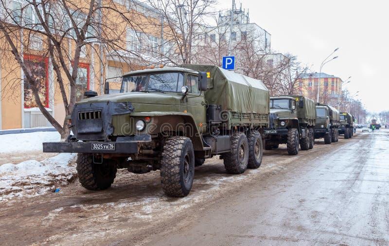 Зеленая русская воинская стоимость тележки URAL 4320 в строке на cit стоковые изображения