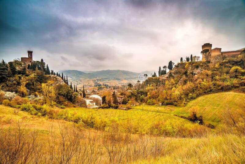 Зеленая сельская местность вокруг крепости стоковые изображения rf