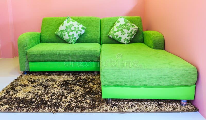 зеленая софа стоковое изображение