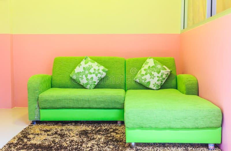 зеленая софа стоковые фото
