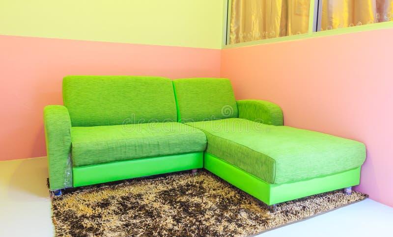 зеленая софа стоковое изображение rf