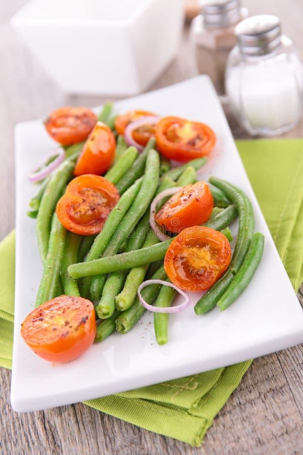 Download Зеленая фасоль и томат стоковое фото. изображение насчитывающей салат - 41653832