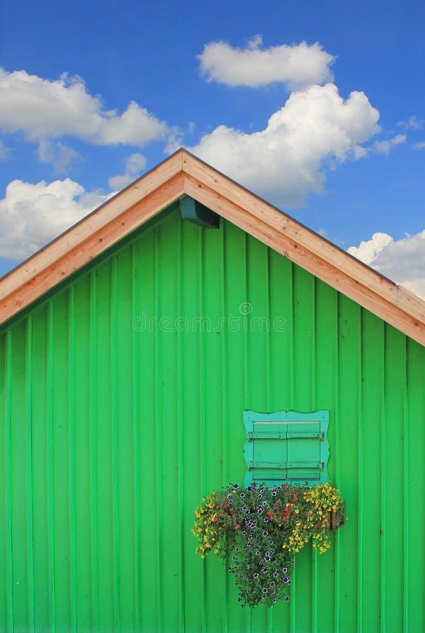 Зеленая шлюпка hous с традиционным баварским окном, против голубого s стоковая фотография rf