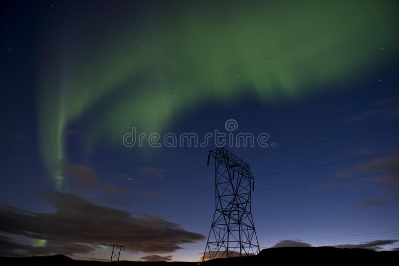 Зеленое северное сияние на голубом ночном небе с звездами, северным сиянием в Исландии стоковая фотография rf