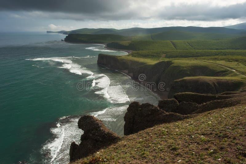 Зеленое, скалистое побережье восточного моря стоковые фотографии rf
