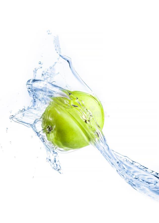 Зеленое яблоко при изолированный выплеск воды, стоковая фотография