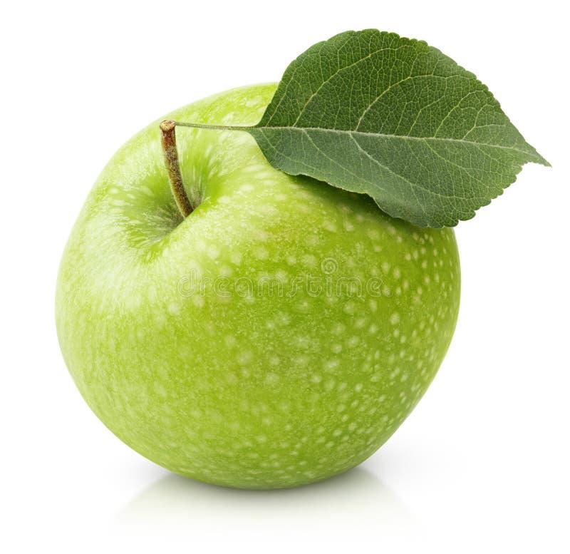 Зеленое яблоко при лист изолированные на белизне стоковое изображение