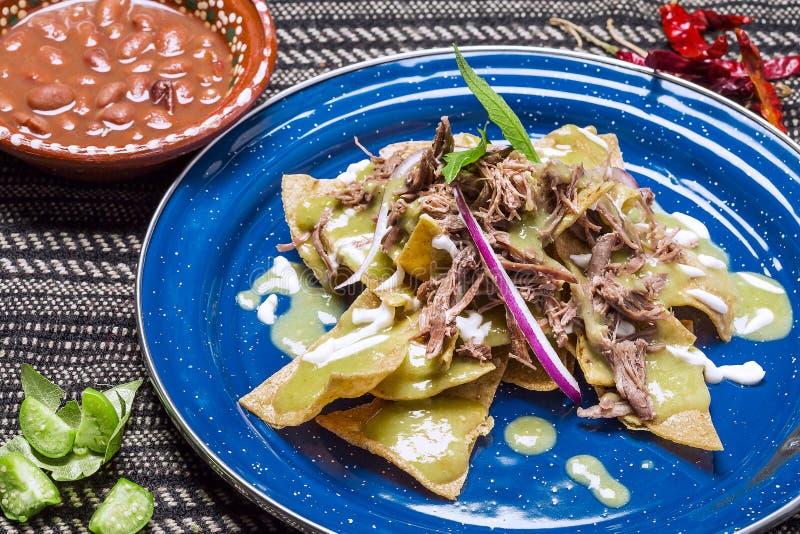 Зеленое Chilaquiles с мясом стоковые изображения rf