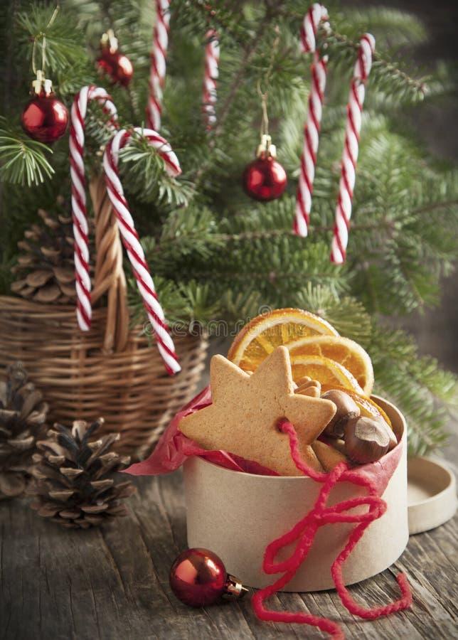 Зеленые ветви ели с украшением рождества в корзине и печеньях стоковые изображения rf