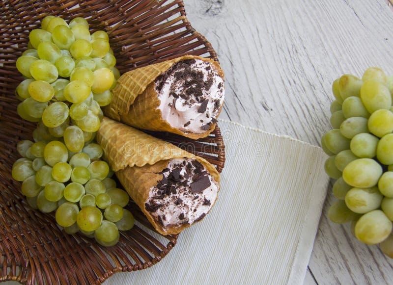 Зеленые виноградины и венские waffers стоковое фото rf