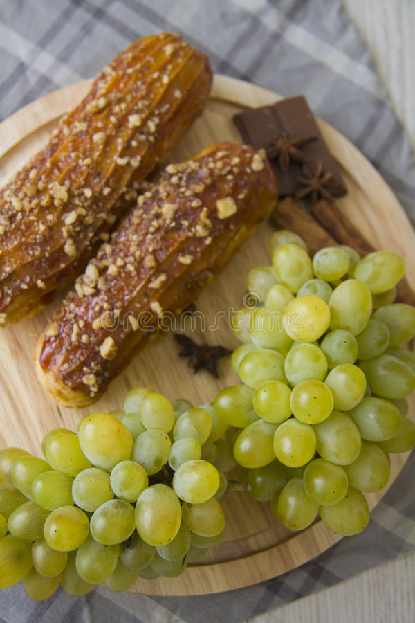 Зеленые виноградины и eclairs карамельки стоковые изображения