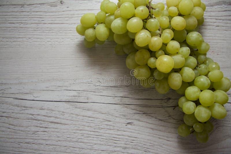 Зеленые виноградины на деревянной предпосылке стоковое фото