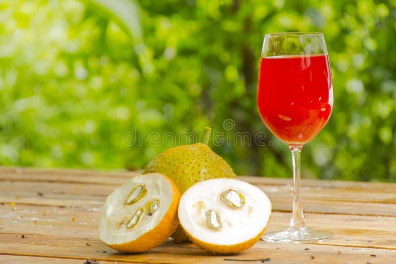 Зеленые джекфрут и сок младенца на деревянной предпосылке Плодоовощ для здоровья стоковая фотография rf