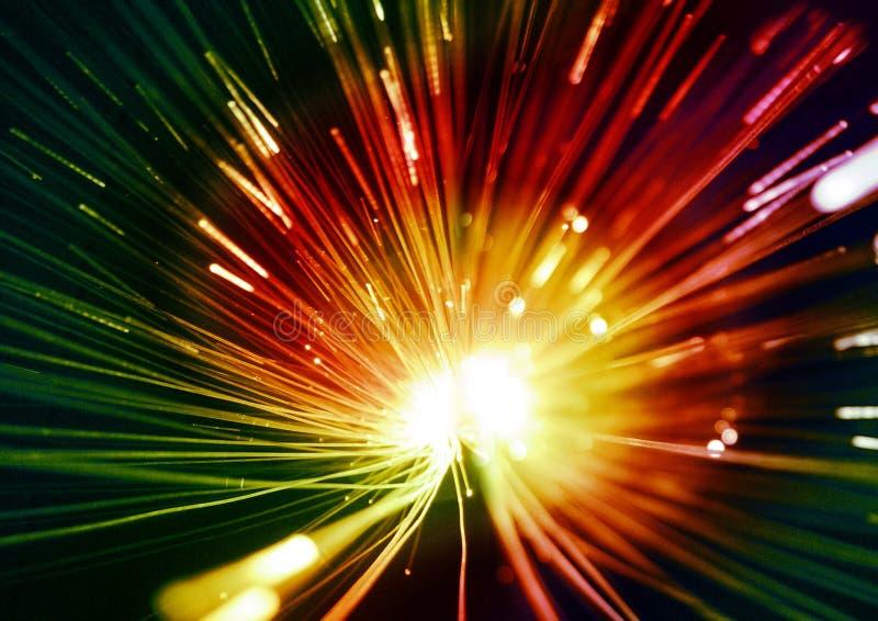 Зеленые и красные, желтые светы и лучи на черной текстурированной предпосылке, освещающ предпосылку, абстрактные текстуры и карти иллюстрация штока