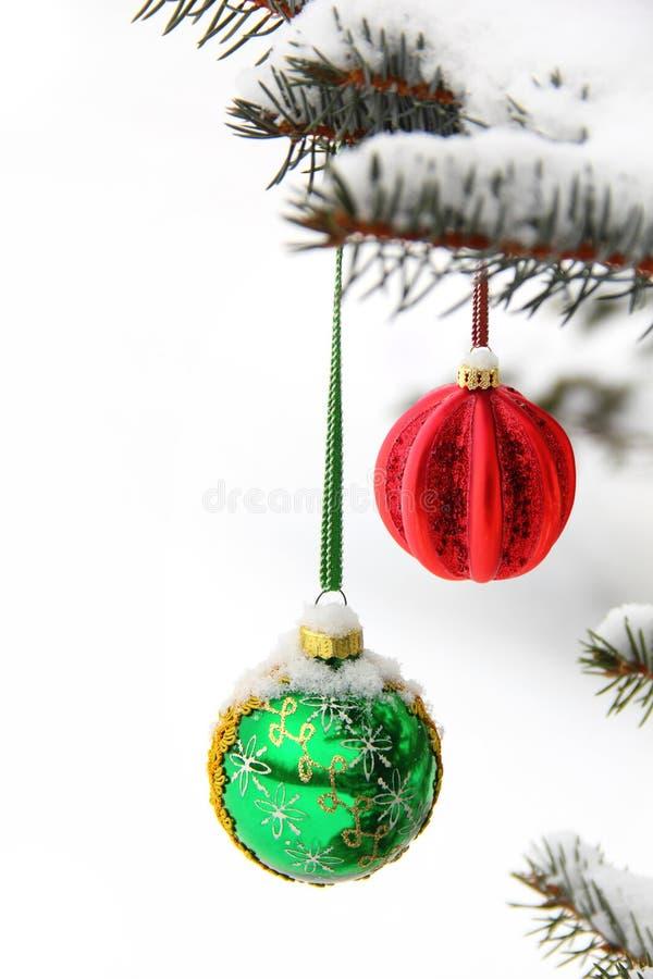 Зеленые и красные шарики рождества стоковые изображения rf