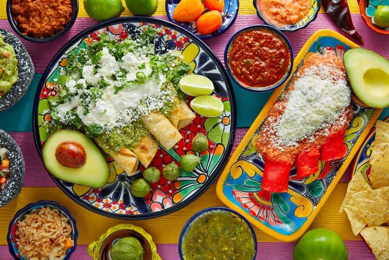 Зеленые и красные энчилада с мексиканскими соусами стоковые фотографии rf