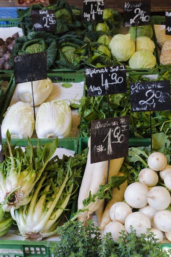 Зеленые овощи в рынке стоковые изображения rf