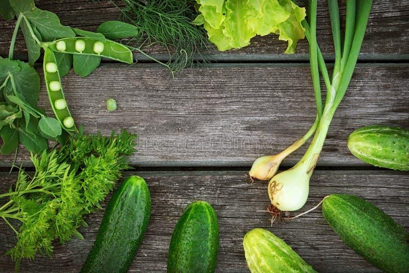 Зеленые овощи на деревянной доске стоковые изображения rf