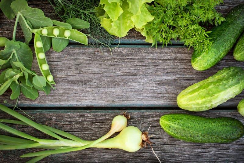 Зеленые овощи на деревянной доске стоковое фото