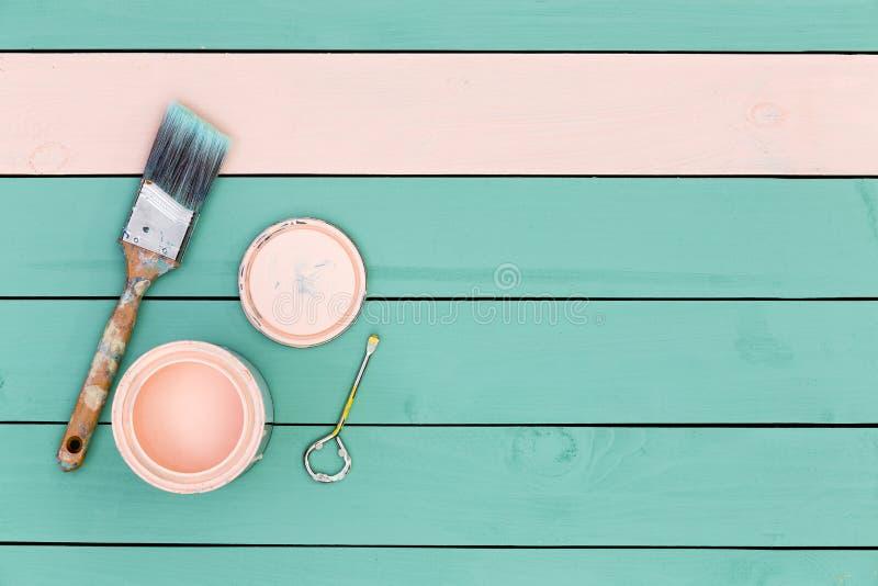 Зеленые доски начиная быть покрашенным розовый стоковые фото