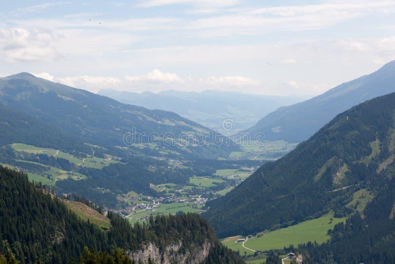 Зеленые долины и высокие горные пики стоковое изображение