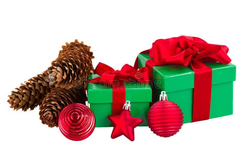 Зеленые подарочные коробки и украшения красного цвета рождества стоковое фото rf