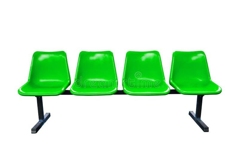 Зеленые пластичные стулья на изолированной автобусной остановке стоковое изображение