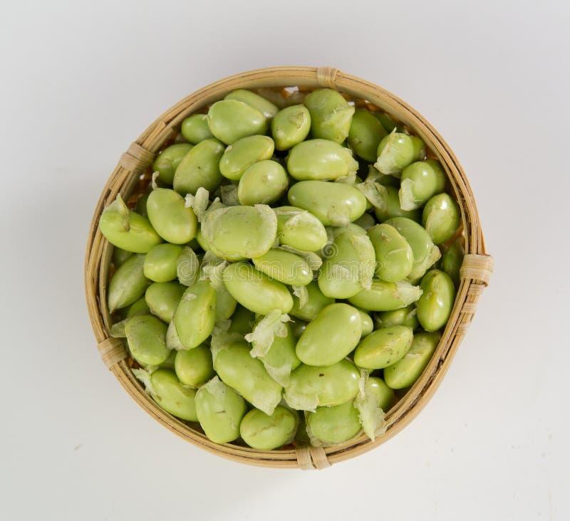 Зеленые сои в бамбуковой корзине стоковое фото rf