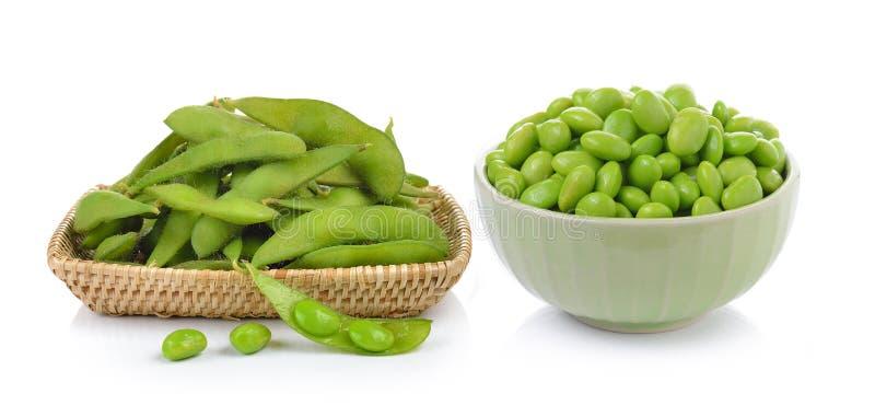 Зеленые сои в корзине и шаре на белой предпосылке стоковое фото rf