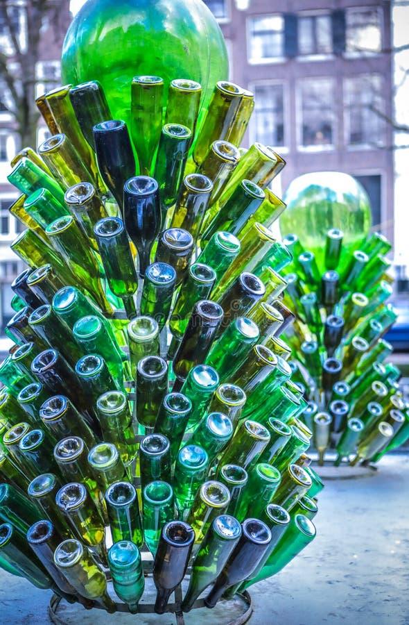 Зеленые стеклянные бутылки как декоративный элемент стоковая фотография rf