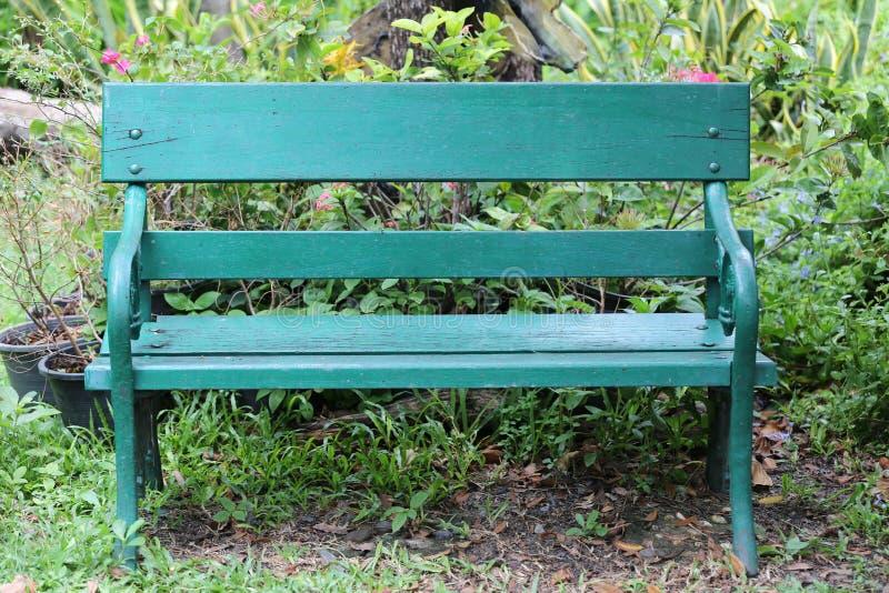 Зеленые стул или стенд на парке и никто земли публично стоковые изображения rf