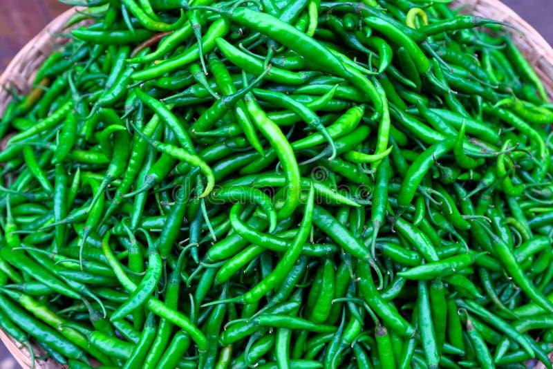 Зеленые чили проданные в рынке стоковая фотография rf